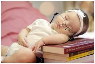 Малыш спит на книгах